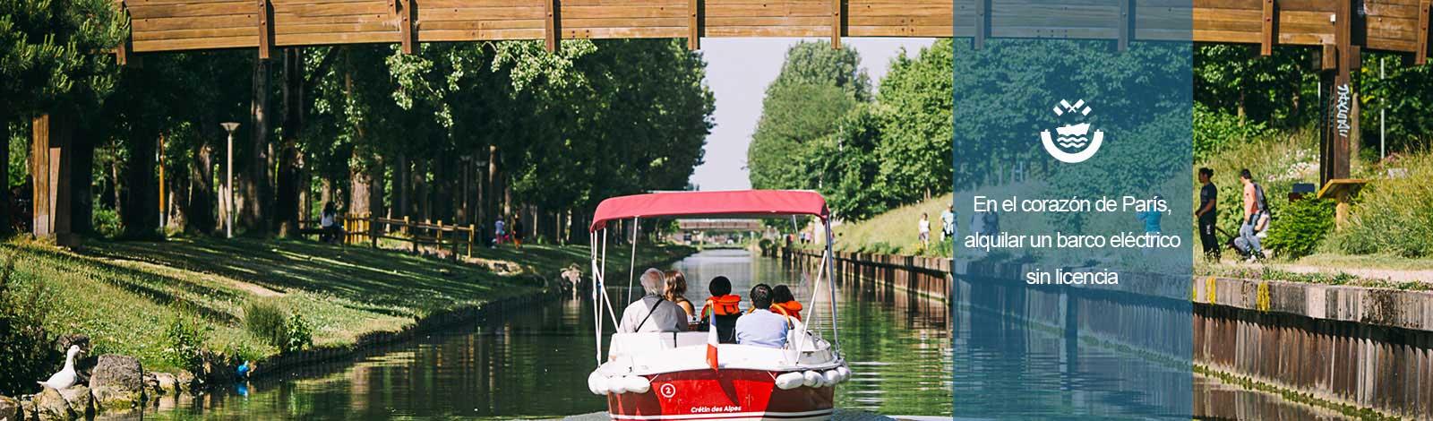 Barco debajo de un puente