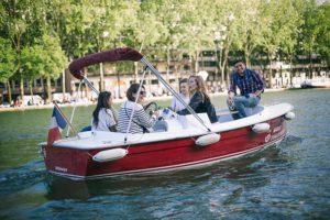 Amigos en un barco sin permiso