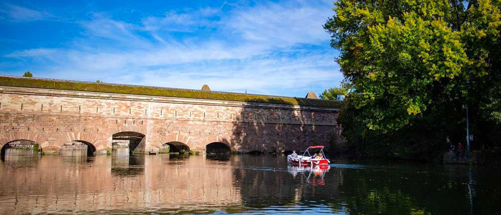 Durante un paseo con amigos en bote electrico en Estrasburgo descubra la presa de Vauban