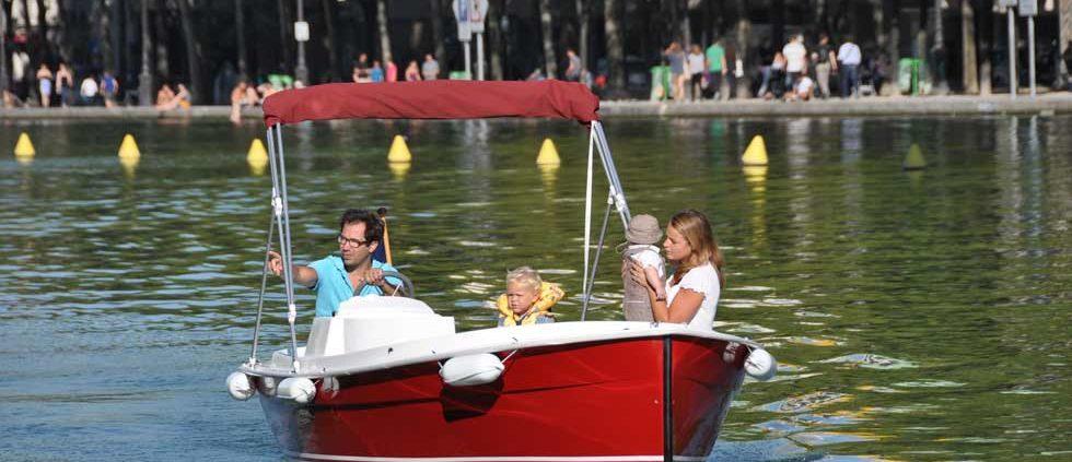 En barco con la familia sobre el bassin de la Villette