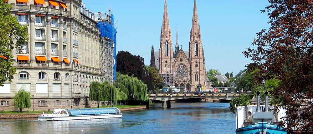 Navega por el rio ill en Estrasburgo a bordo de nuestros barcos electricos