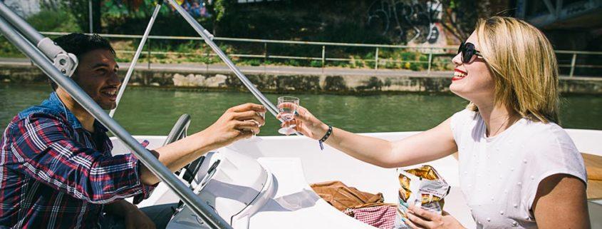 Novios brindando en un barco
