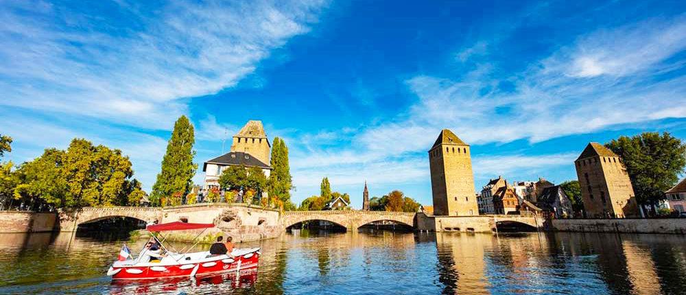 Organice un viaje familiar en bote electrico desde los puentes cubiertos en Estrasburgo