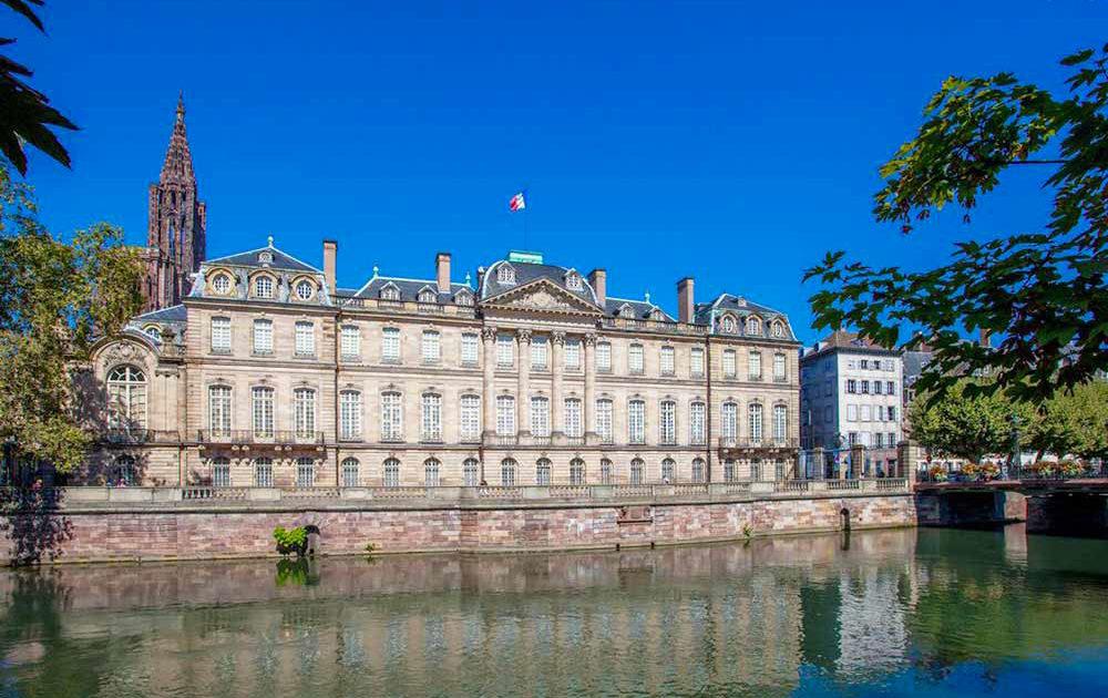 Palais Rohan en Esrtrasburgo turismo ecologico gracias a barcos sin licencia Marin d'Eau Douce