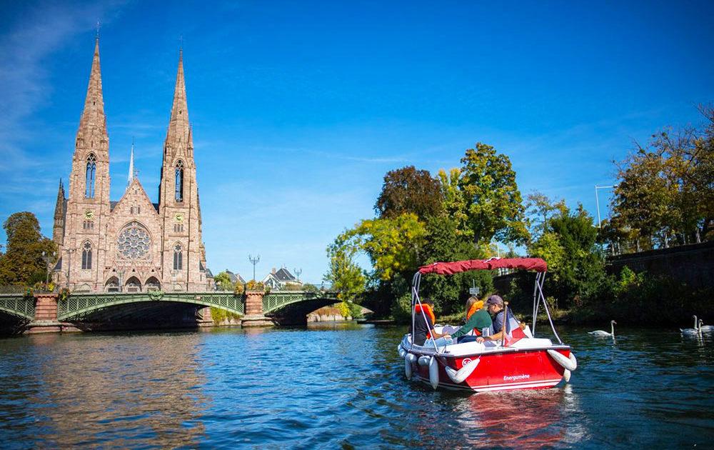 Paseo en bote electrico por el rio ill y vista de la catedral de Estrasburgo