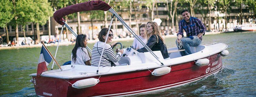 Paseo sobre el agua con amigos